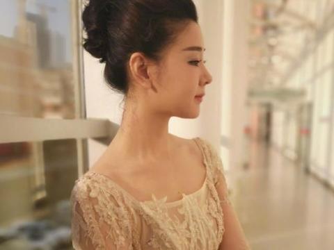 李小萌也瘦了,穿一袭薄纱刺绣礼裙宛如仙女,王雷好福气啊!
