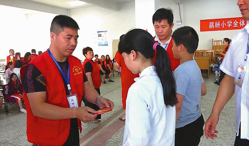 志愿者走进乡村校园送爱心