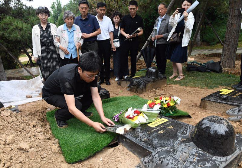 烈士吴伟迁入纪念园,家人敬献鲜花祭奠。摄影/新京报记者 吴宁