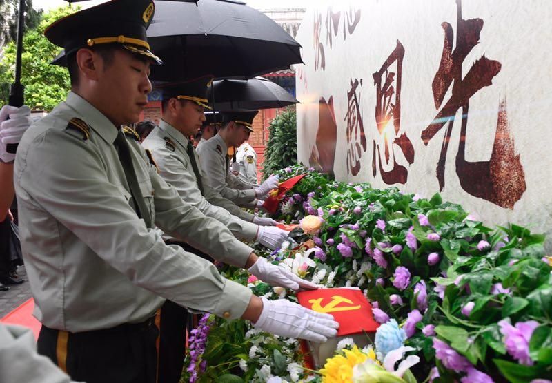 八宝山革命公墓为迁葬烈士举行祭奠仪式。摄影/新京报记者 吴宁