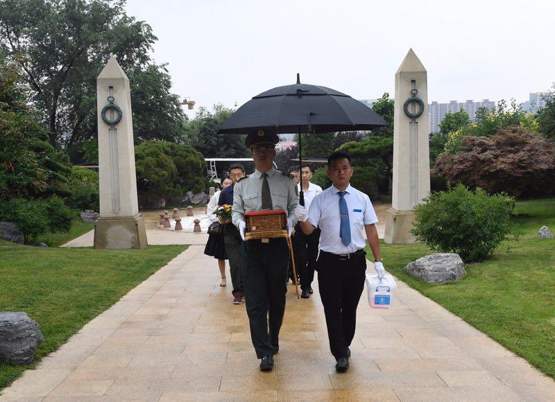 烈士骨灰在家属陪伴下迁入新建烈士纪念园。摄影/新京报记者 吴宁
