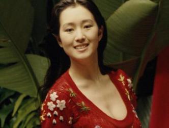 巩俐参加戛纳电影节,蕾丝大红灯笼裤气场全开,不像54岁的人