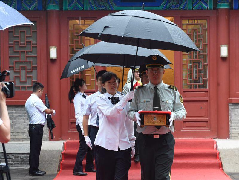 今天早晨8点,5份烈士骨灰由烈士骨灰堂迁出。摄影/新京报记者 吴宁
