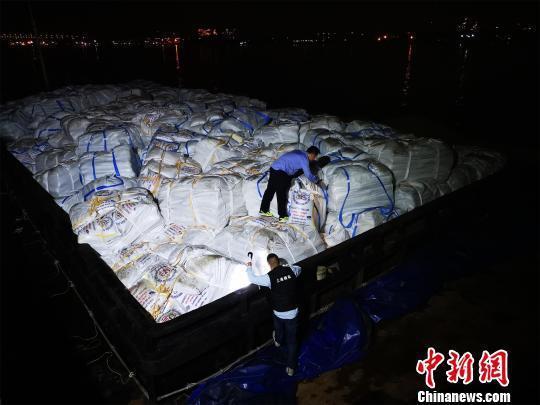 """沪海关开展专项行动打击白糖""""绕关走私""""一次查获2800余吨"""