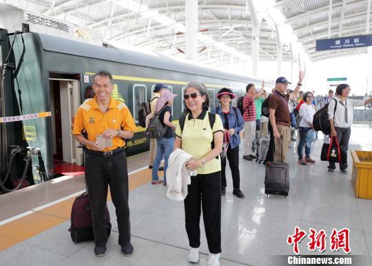 丝绸之路外宾旅游专列走进宁夏