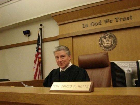 """美国57岁法官开庭时突发疾病 呼叫""""需要帮助""""后猝死"""