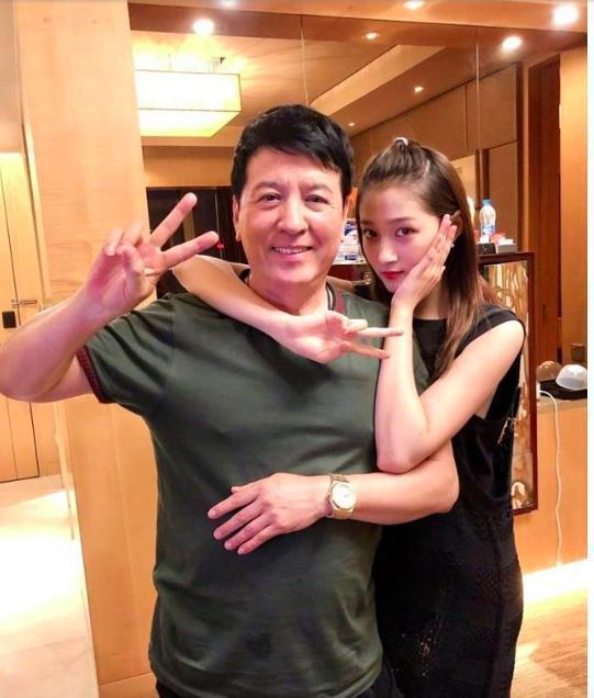女星和父亲合照:关晓彤欧阳娜娜好幸福,阿sa爸爸活力是真的十足