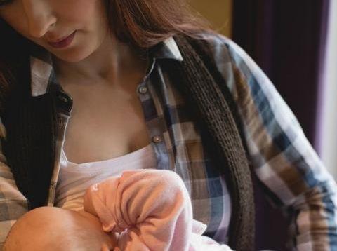 喂奶喂到乳头皲裂,喂的都有点抑郁了,了解母乳喂养技巧好处大