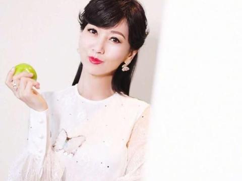 65岁赵雅芝是真显年轻,Get她这3招减龄技巧,提升审美力和气场