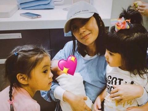 贾静雯带咘咘BO妞一起探望刚出生的小侄女