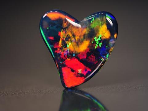 彩虹色调宝石将在六月香港珠宝首饰展览会亮相 | 美通社