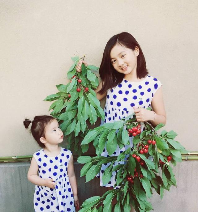 """何炅和黄磊女儿合照,多妹""""熊猫妆""""太抢镜,这机灵劲儿堪比多多"""