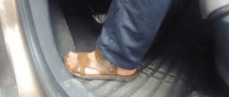 这样穿凉鞋开车也违法!广西一男子被扣分罚款,交警已查处多起