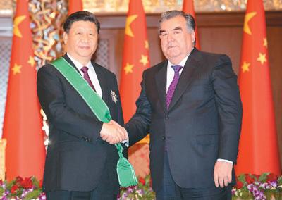 """习近平出席仪式接受塔吉克斯坦总统拉赫蒙授予""""王冠勋章"""""""