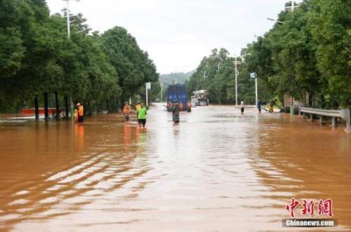"""中东部天气呈""""北热南雨""""南方多地应对洪涝灾害"""
