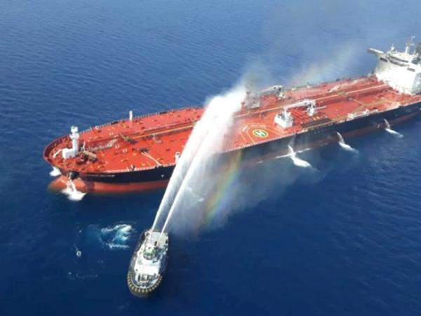 6月13日,在阿曼海上,一艘伊朗海軍船舶對一艘遇襲油輪進行滅火。新華社 圖
