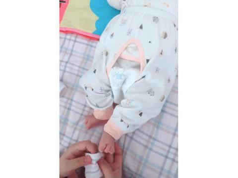 给刚出生的宝宝穿衣服,小家伙脚丫子乱动,网友:力气还蛮大!