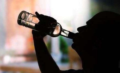 """喝酒后,脸上出现3种""""颜色"""",说明肝脏可能受伤了,尽快去检查"""
