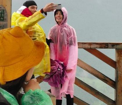 郭碧婷向佐合体录新节目,雨中浪漫依偎,幸福爆棚