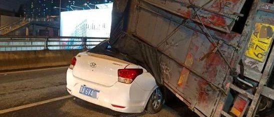 刚刚,贵阳这里一辆大货车发生侧翻!两辆小轿车被压车厢下…