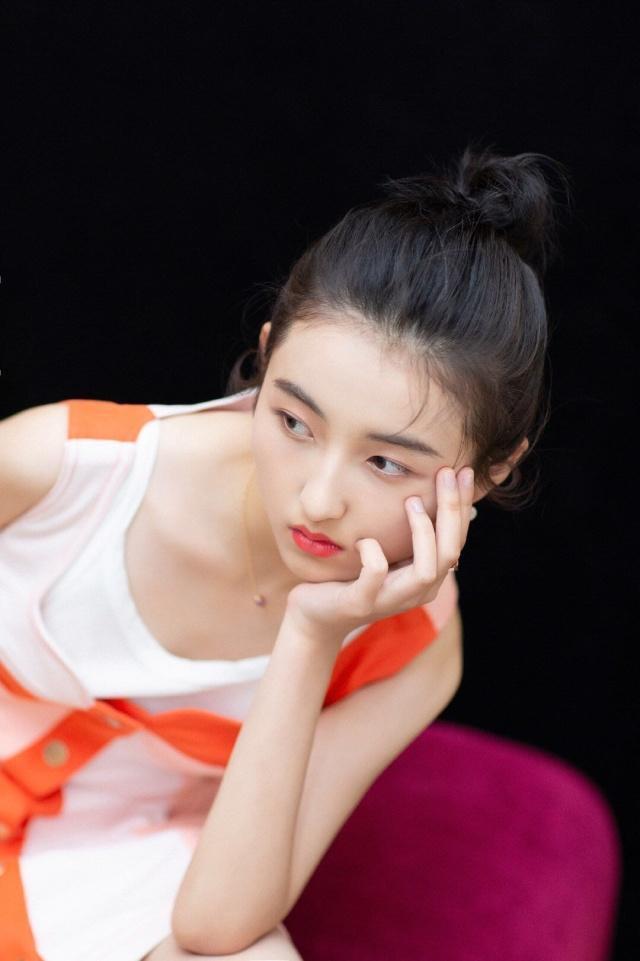 17岁张子枫终于穿对了,穿拼色吊带裙扎丸子头超显嫩,少女感十足