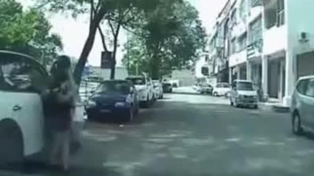 美女在路上遭两男子抢劫,然而后来俩男子却被女子打跑了
