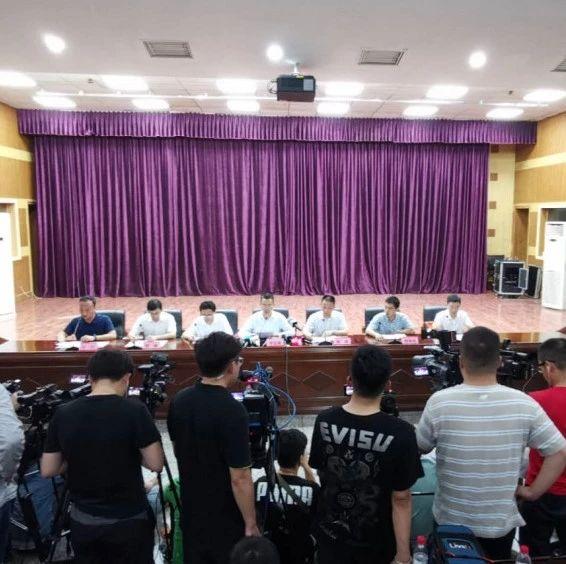 记者在现场 长宁县召开第三次新闻发布会:震区水电气及通讯已基本恢复正常