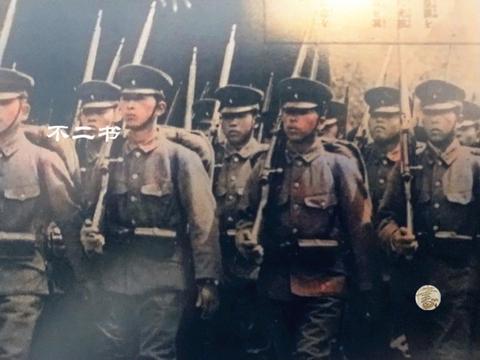上色老照片:二战日本国内军民参拜靖国神社,展露军国主义的狂热
