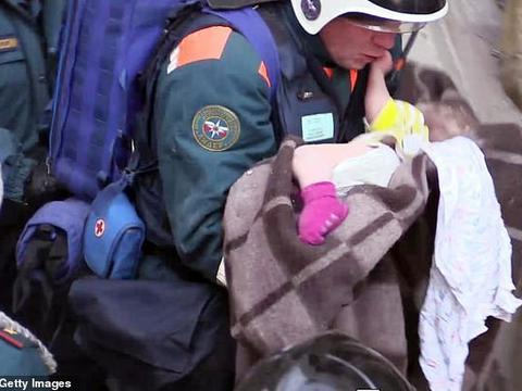 零下24度的低温下,一名10个月大婴儿在废墟中奇迹存活24个小时