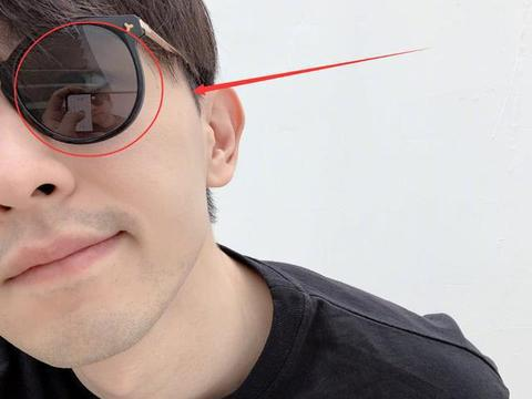 """邓伦楼梯间自拍,网友却从眼镜中发现""""端倪""""明星也要用美颜!"""