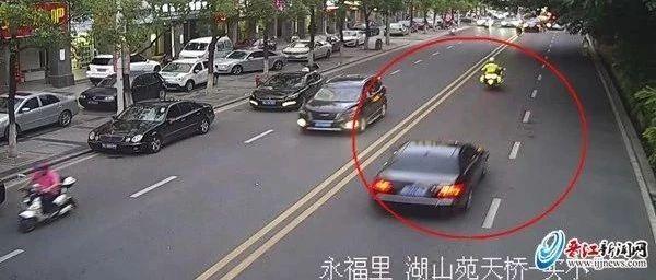 """险!晋江湖中灯控路口4岁小孩被卷入车底!家长们都要""""长点心"""""""