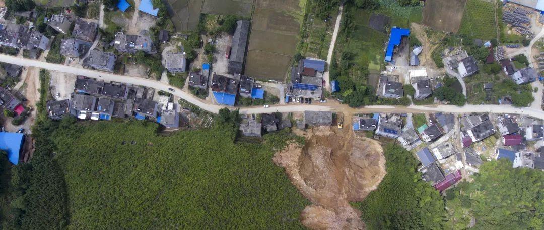 紧急绕行!赣州一县道旁突然出现120米长裂缝……并伴有山体滑坡!