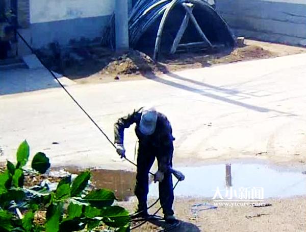 事发烟台!被堵在电线杆上!哈哈哈,这就是盗电缆的下场