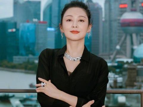 陈红也是包装出来的美,她这个年纪,私服打扮就是一大妈!
