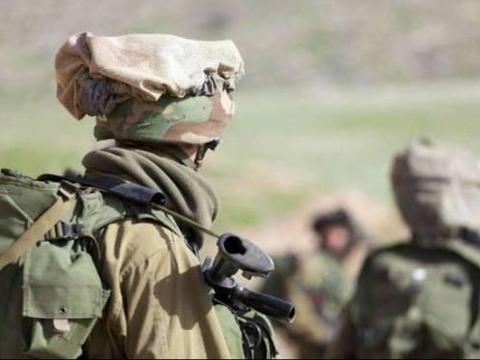 为什么以色列士兵头盔上要戴一个布口袋呢?
