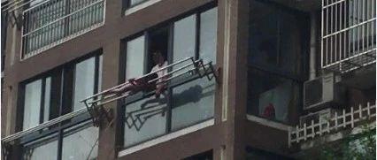 匪夷所思!亲爹将女儿绑在高楼晾衣杆上教育!网友:万一失手…