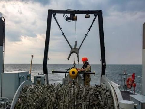 连拍:挪威皇家海军扫雷舰施放猎雷具 非常少见的特殊装备