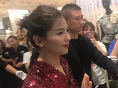 刘涛穿亮片长裙现身石家庄,路人镜头的她竟长这样子