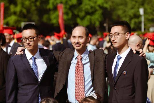 张家杰(左一)与张家豪(左三),和班主任彭教师在一同