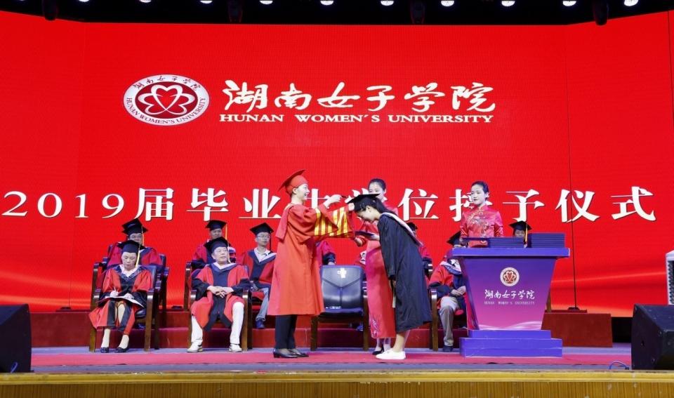 让学生回归舞台中央 湖南女子学院校长杨兰英为毕业生拨穗送别