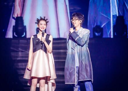 戚薇现身许嵩演唱会新发型亮了 网友:这是在模仿怪物史瑞克?