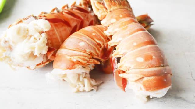 学名为眼斑龙虾,也有叫加勒比棘龙虾,它们没有螯爪,尾肉超级丰富