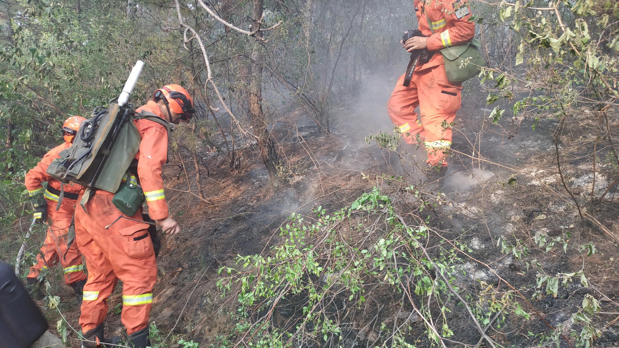北京平谷山火基本被撲滅,消防力量正在清理火場