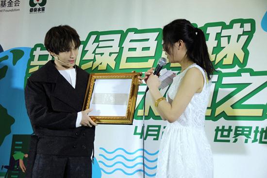 陈奕天出席世界地球日公益活动 表演魔术号召保护环境