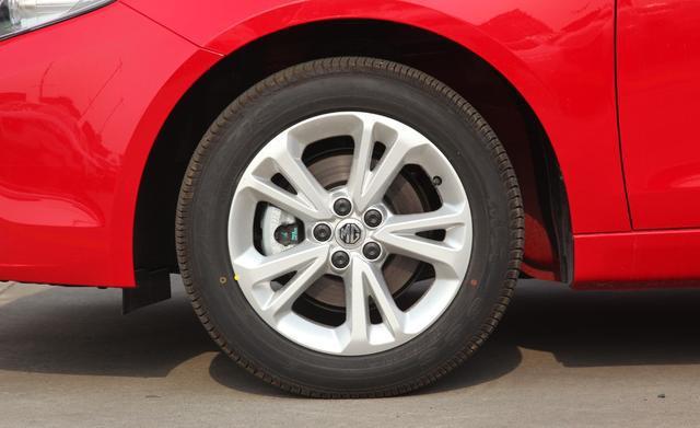 红极一时的溜背轿跑,轴距近2.7米,三套动力可选,5万多却卖不动