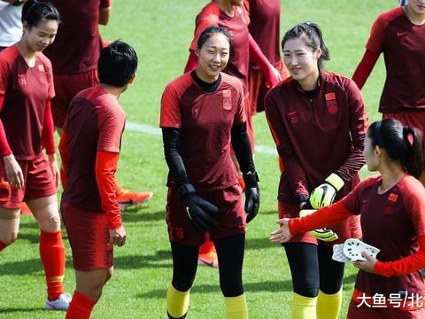 更换训练场,女足姑娘们终于能踏实备战,加练点球做好最困难准备