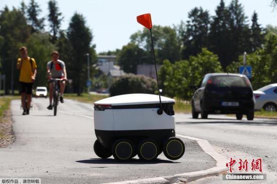 資料圖:當地時間20186月1日,英國智能配送機器人制造商Starship Technologies開發的自動行走送貨機器人在愛沙尼亞紹埃上路測試。
