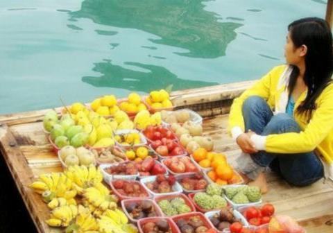 越南美女的地摊上,货物应有尽有,唯独一样东西让中国男游客难堪