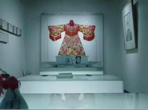 晒晒李玉刚的工作室装修,内部摆放了超多旗袍,一看就非常敬业
