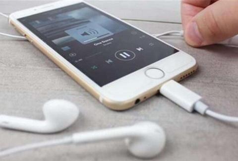 手机为什么要去掉耳机孔?到底对谁有好处?